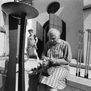 Dettingen, ERna Klein putzt Weihwasserkessel mit Sidol 19.7.96/Bild Groebe