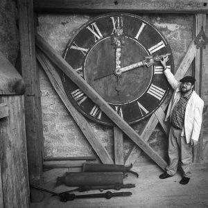 Bierlingen, Kirchturm, Pfarrer Burkard mit der alten Turmuhr 15.9.96/Bild Groebe